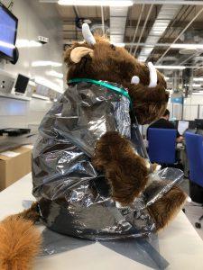 Der bei Siemens aktive Grueffelo trägt einen Schutzanzug!